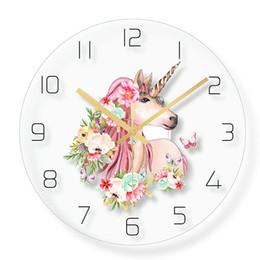 Güzel Boynuzlu At Duvar Saati Ev Dekorasyonu Kuvars Süpürme hareketi kızın Odası için 30 cm12 inç Kız Kreş Unicorn ve Gökkuşağı Dekor nereden
