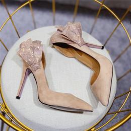 2019 calcanhares Hot Venda-Luxo Rhinsetone Ruffles Decor Mulheres Bombas de Salto Agulha Dedo Apontado Cristal Borboleta-nó Camurça Sapatos De Casamento Mulher calcanhares barato