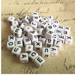 schwarze alphabet perlen großhandel Rabatt Großhandelspreis 10 * 10 MM 550 Teile / los Weiß Schwarz Farben Acryl Russische Buchstaben Perlen Kunststoff Quadrat Würfel Alphabet Initial Beads