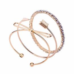 Encantos de la pulsera de la flecha del arco online-Arco flecha diamantes encanto brazalete pulsera para mujer moda 3 unidades pulseras brazalete de oro conjunto niña moda estilo occidental joyas de diamantes