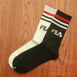 F носки мужские женские хлопковые буквы жаккардовые чулки футбольные чулки баскетбольные носки мужские женские унисекс размер 36-44 черный белый cheap jacquard socks от Поставщики жаккардовые носки