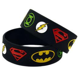 Оптовая 100 шт. / Лот 1 дюйм Широкий Лига Справедливости Супермен Бэтмен Зеленый Фонарь флэш-браслет Силиконовый браслет от Поставщики браслеты супермена