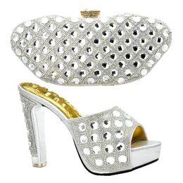 Ultime scarpe e borse da donna italiane di design da abbinare a set  decorati con scarpe e set di borse italiane di strass africani b8999ba9baa