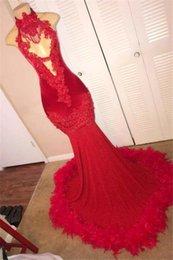 Vestido de plumas negro vintage online-Sexy Red Feather Mermaid 2K19 Vestidos de baile 2019 Halter sin espalda Vintage Lace Plus Size Black Girls Árabe africano Vestidos de fiesta de noche
