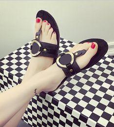 Diseñador sandalias de tiras Zapatos planos femeninos 2019 nuevo verano suave inferior flip flop para mujer Punto de diseño de metal zapatos finales desde fabricantes