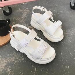 Sapatos de plataforma de sandálias brancas grossas on-line-2019 Mulheres Sandálias de Verão Fivela Projeto Preto Branco Plataforma Sandálias Confortáveis Mulheres Sola Grossa Sapatos de Praia