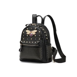 68ef20e81 Novas rebites de couro Genuíno abelha mulheres designer preto mochilas  senhora couro de vaca sacos de ombro duplo feminino moda casual viajar  bolsas