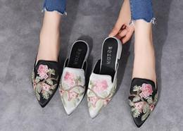 Medias zapatillas online-Zapatillas de mujer bordadas puntiagudas para el verano de 2018, zapatillas de tacón bajo, puntera grande gruesa con medias zapatillas