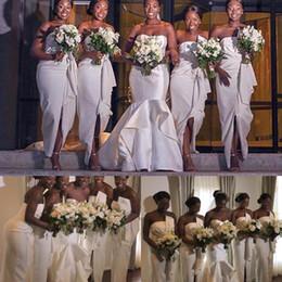 Langes weißes trägerloses mantelkleid online-African White Mantel Brautjungfernkleider Knöchellangen Rüschen Liebsten Vorne Split Lange Frauen Magd Kleid Hochzeitsgast Party Kleider Plus Größe