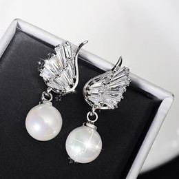 Blanc Plaqué Or asymétrique Angel Wing Crystal Pearl Earring mariage bijoux