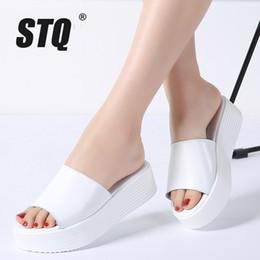 2019 sandali neri cunei bianchi STQ 2018 Pantofole da donna estivi Cuoio aperto Open Toe Donna con la suola spessa Pantofole con zeppa sandali bianchi neri 2060 sandali neri cunei bianchi economici