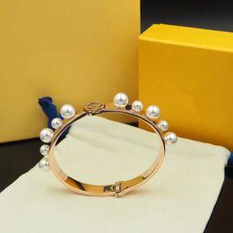 imitações de designer Desconto Designer de jóias de luxo mulheres pulseiras pulseira branca imitação de pérolas pulseira de aço inoxidável jóias senhoras pulseira
