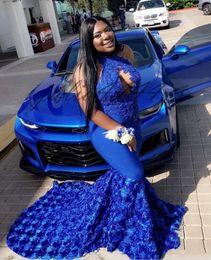 Vestido floral con cuentas halter online-2019 Sexy 3D Rose Flores florales Sirena Vestidos de baile Halter Ojo de cerradura Azul real Largo Apliques de encaje Vestido de noche con cuentas de cristal Vestidos de fiesta