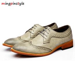 scarpe popolari britanniche Sconti Scarpe di cuoio casuali degli uomini di moda allacciatura commerciale popolare Primavera e autunno britannico intagliato scarpe Oxford maschio punta appuntita # 7301