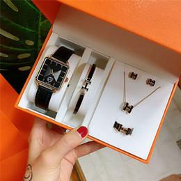 2019 pendientes con puños para 2019 Nuevo lujo de calidad superior relojes Cuff Pendiente collar anillo conjunto 5 en 1 caja para las mujeres de cuarzo Herm mejor regalo diseñador de la joyería de las mujeres reloj pendientes con puños para baratos