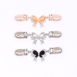 2019 botões de cristal para vestuário Moda Bowknot Cristal Cardigan Clipe Roupas Strass Botões Decorativos Fivelas De Metal Camisola Tie Clip desconto botões de cristal para vestuário