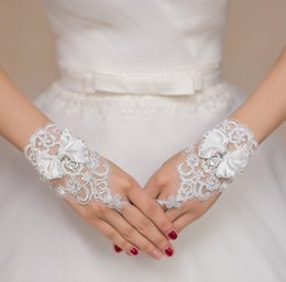 7ff79d06b2a8 Charme bianco avorio corto da sposa guanti cristalli in rilievo arco nodo  polso lunghezza senza dita guanti da sposa in pizzo arco bianco avorio di  pizzo ...