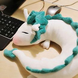 Almohadas de anime online-Al por mayor- Anime Ghibli Miyazaki Hayao juguete de felpa Spirited Aus Haku 28cm Muñeca linda peluche de peluche Juguete de peluche Cuello en forma de U Regalos de Navidad