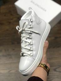 2019 Versace diseñador de la marca de aceite de piel de caballo piel rojo negro blanco zapatos casuales para hombre cuero genuino 16FW botas desde fabricantes
