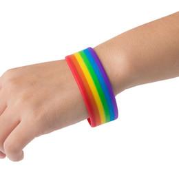 brazalete de jalea Rebajas Pulsera adhesiva de silicona popular de la moda Pulsera de arco iris de seis colores En capas de color roto Pulsera de silicona Bandera de tres colores Apuesto S