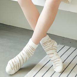2019 niña zapatillas de navidad 201910 Las mujeres del invierno caliente grueso Calcetines Coral Fuzzy mullidas calcetines acogedores 7 colores suaves leopardo deslizador Medias niñas de Navidad M744F regalo