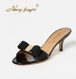 Argentina Zuecos de verano Desnudos negros Zapatillas Zapatillas para mujer Zapatillas para mujer Mujer Arco lindo Tacones bajos Marca de cuero de patente más famosa Plus Suministro