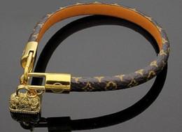 große armbänder für frauen großhandel Rabatt 2 Arten Runde echte Leder-Armbänder mit Gold -beutelzusätze Design für Frauen und Männer Blumendruck Armband Marke namens Schmuck