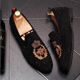 Encantos del zapato de la boda online-Diseñador de los hombres de lujo Gommino hombre moda zapatos casuales Embroide bordado de abejas encanto vestido de novia de baile tamaño del calzado 38-43 W315