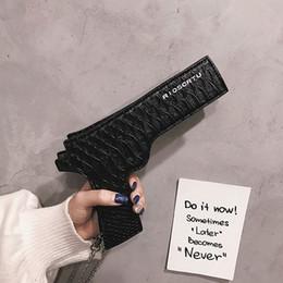 Lustige geldbörsen online-Neue Marke Designer Lustige Pistole Umhängetasche Coole Persönlichkeit Ketten Pu Leder Schultertasche sac eine haupt Kleine Tasche Geldbörse Frau