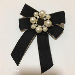 Grandi spille online-Classic Bow Grandi e piccoli pin lettera spilla di perle di lusso del fiore per le donne di raccolta lussuosi oggetti di design distintivi di ornamenti perno di vestiti
