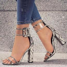 Mulheres sandálias multicolor on-line-Designer de Sapatos de Vestido 2019 Mulheres Verão T-stage Moda Dançando Salto Alto Sandálias Sexy Stiletto Sapatos de Festa de Casamento Zapatos Mujer