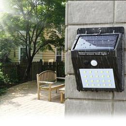 Patio de iluminación online-Energía solar LED Luz solar Lámpara de pared LED al aire libre Lámpara solar con sensor de movimiento PIR Noche Bombilla Calle Yard Path Jardín ZZA265