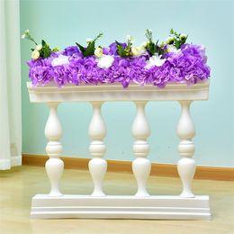 Cerca de la flor artificial online-Oro blanco romana Columna de plástico Valla Guía de Ruta Puntales artificial jarrón puesto de flores con arreglo floral para el telón de fondo de la boda