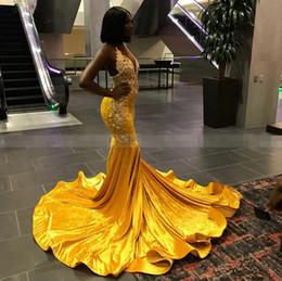 Vestiti di laurea in velluto online-Perline di lusso Abito di promenade africano di velluto giallo di cristallo Vestito da scollo a V sexy Lungo elegante Plus Size Abiti da cerimonia di laurea di laurea nera 2019