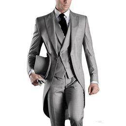 Mens grau silberne hochzeitsanzüge online-Neue neueste Design eine Taste hellgrau Bräutigam Smoking Spitze Revers Groomsmen Mens Hochzeitsanzüge Trauzeuge Anzüge (Jacke + Pants + Weste + Tie) XZ5