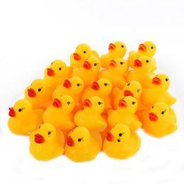 50pcs Mini borracha amarela Ducks Bathtime Squeaky Bath Água Toy Presentes Bebés Meninas do aniversário dos meninos B41 de