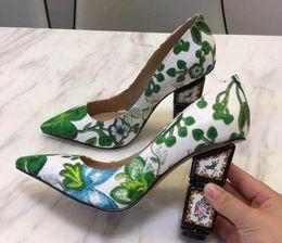 Flores verdes bombas online-2019 Verde bordado Strange Zapatos de tacón Mujeres en punta Toe Flower Pumps Lady Fashion Wedding Shoes