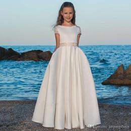 2019 matrimoni perla 2020 Beach Girl Flower Abiti per matrimoni A-line Cap Maniche Appliques Pizzo Perle Abiti lunghi prima comunione Bambina sconti matrimoni perla