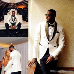Smokings de mariage en or blanc en Ligne-Tuxedos De Mariage Blanc Beau Motif D'or Revers Hommes Costume Pas Cher Un Bouton Costume De Marié (Veste + Pantalon) Sur Mesure