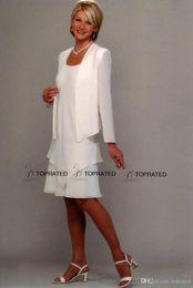 2019 vestido comprimento do joelho jaqueta 2020 New Mãe do noivo da noiva do vestido formal Vestidos Com Bainha Jacket colher joelho Branco Chiffon manga comprida desconto vestido comprimento do joelho jaqueta