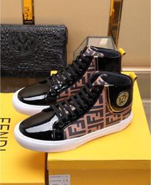 Moda design couro mens sapato on-line-2019 Marca Mens Sapatos de Alta Top com Logotipo Do Metal Casual Design Sapatos de Couro Genuíno Tecido Ao Ar Livre Itália Luxo Moda Sapatos Lace-Up Estilo
