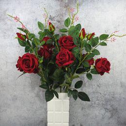 Blumen arrangieren online-Künstliche Flannelette Rose Blume 3 Köpfe Gefälschte Rose Blume mit Blättern Arrangieren Tabelle Rose Hochzeit Blumen Decor Party Zubehör Flores