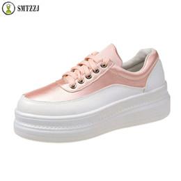 блестящие белые плоские ботинки Скидка SMTZZJ 2019 New Thick Soled Spring Autumn Breathable Soft Comfortable Flat shoes white Silver Leather Bling Casual  Shoes