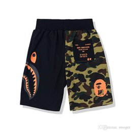 cravate étiquettes en gros Promotion La mode estivale marque hommes femmes Camo Cartoon Imprimer pantalon décontracté Shorts hommes personnalité estivale Splice lâche hip hop shorts
