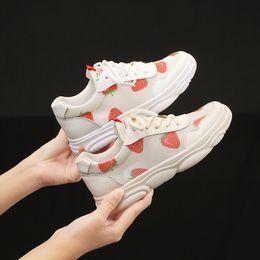 2019 baskets lumineuses adultes Nouveau Femmes Chaussures plates Chaussures à lacets Sneakers Plate-forme Respirant Adulte Femme Tenis Chaussures avec Fraise Imprimer Stylish White Light promotion baskets lumineuses adultes