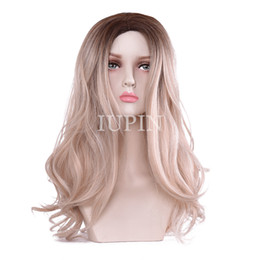 """Parrucche lunghe reali per le donne online-Parrucca ondulata lunga marrone chiaro IUPIN per le donne -28 """"Parrucche sostitutive per capelli con frangia Parrucca sintetica in fibra naturale come capelli veri"""