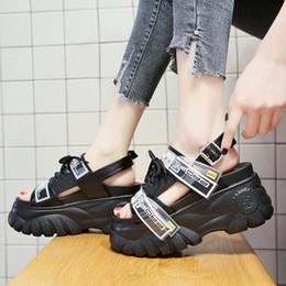Sapatos de plataforma de sandálias brancas grossas on-line-Sandalias Mujer 2019 Sapatilhas de Plataforma de Verão Cunhas Fundo Grosso Sapatos Casuais Fora Confortável Branco Gancho Loop Sandálias