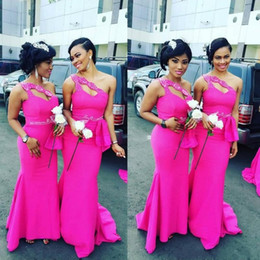 fushia rüsche abendkleid Rabatt Plus SiOne Schulter Fushia Afrikanische Lange Brautjungfernkleider Satin Perlen Rüschen Meerjungfrau Trauzeugin Party Prom Kleider
