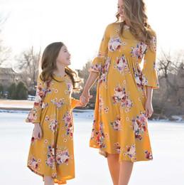 Madre Hija Vestido maxi bohemio Look familiar Trajes a juego 2018 Manga corta Mamá y yo Floral Trajes de baño Vestidos Ropa desde fabricantes