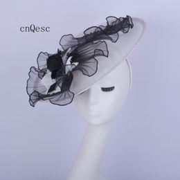 2019 fascinador formal 2019 Big branco preto onda crin fascinator formal vestido chapéu sinamay fascinator chapéu para o casamento nupcial do chuveiro mãe da noiva w / penas. fascinador formal barato